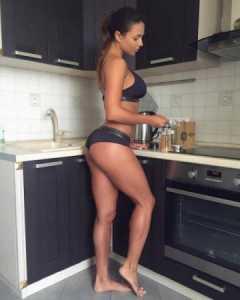 красивые девушки на кухне фото